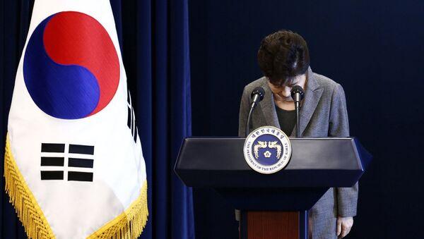 South Korean President Park Geun-Hye bows during an address to the nation, at the presidential Blue House in Seoul, South Korea, 29 November 2016 - Sputnik International