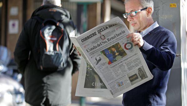 A man reads the Corriere della Sera newspaper in downtown Rome, Italy, December 5, 2016. - Sputnik International