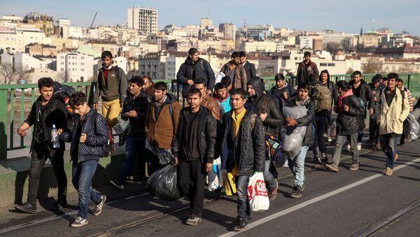 Refugees and migrants cross the Old Sava Bridge heading in the direction of the Croatian border, in Belgrade, Serbia November 11, 2016. - Sputnik International