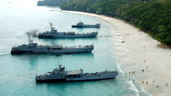 Kumbhir-class L-21 and L-22 LSTs (in the middle), and L-32, L-34 LCUs of the Indian Navy beached during an amphibious landing - Sputnik International