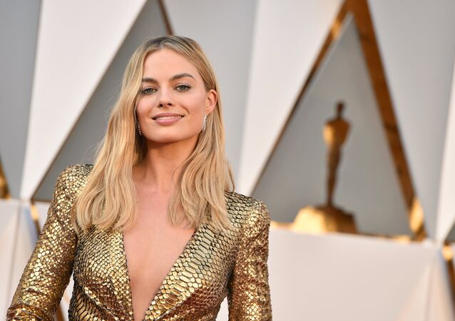 Margot Robbie arrives at the Oscars on Sunday, Feb. 28, 2016, at the Dolby Theatre in Los Angeles.