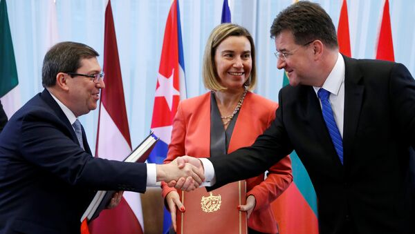 Cuba's Foreign Minister Bruno Rodriguez shakes hands with Slovakian Foreign Minister Miroslav Lajcak next to European Union foreign policy chief Federica Mogherini after signing a EU-Cuba Political Dialogue and Cooperation Agreement in Brussels, Belgium December 12, 2016 - Sputnik International