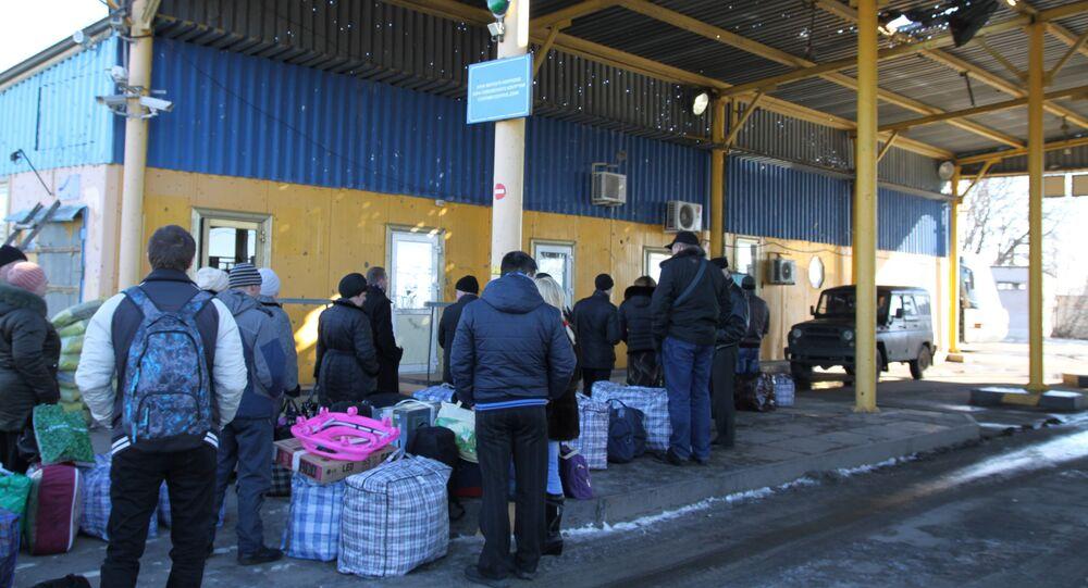 A line on Uspenka border crossing point in the Donetsk Region on the Russia-Ukraine border (file).