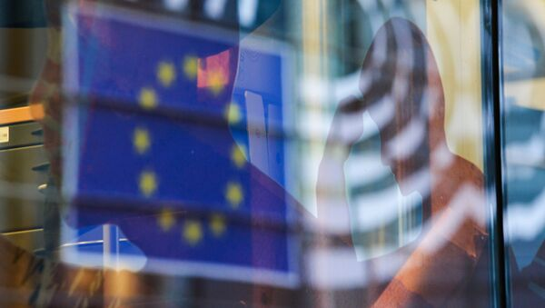 Reflection of the EU flag in a window of a building in Brussels. - Sputnik International