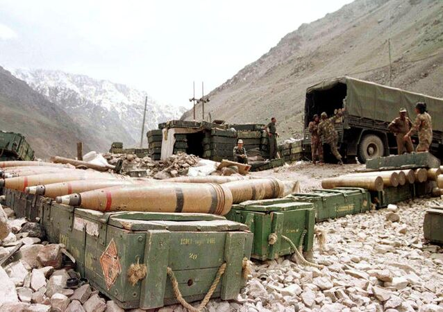 Indian soldiers prepare ammunitions at an artillery position in the Himalayas near Drass in Kashmir. (File)