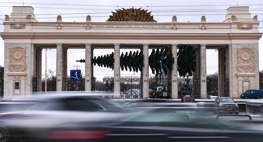A Christmas tree is assembled at the entrance to Gorky Park
