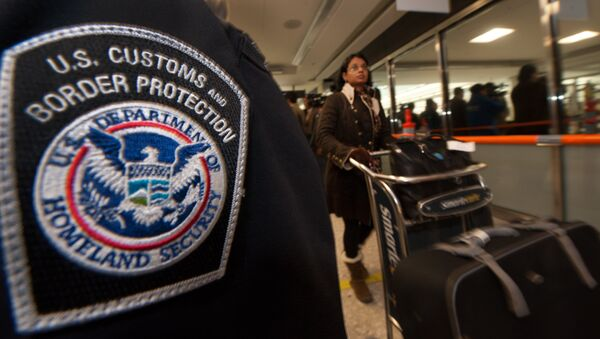 An international air traveler clears US Customs and Border Protection declarations to enter the United States - Sputnik International