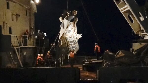 In this late Monday, Dec. 26, 2016 frame grab image provided by the Russian Emergency Situations Ministry Press Service, ministry employees lift a fragment of a plane in the Black Sea, outside Sochi, Russia - Sputnik International