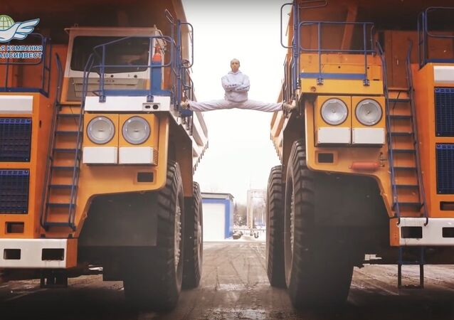 Белорус сел на шпагат между движущимися БелАЗами/The MOST EPIC Epic Split! 160 Ton BelAZ Dump Trucks
