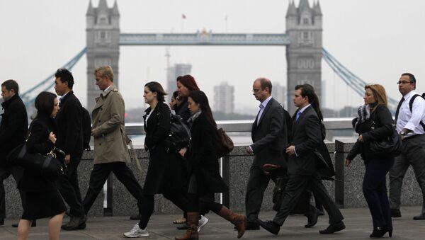 Workers walk across London Bridge on their way to the City of London, October, 2012 - Sputnik International