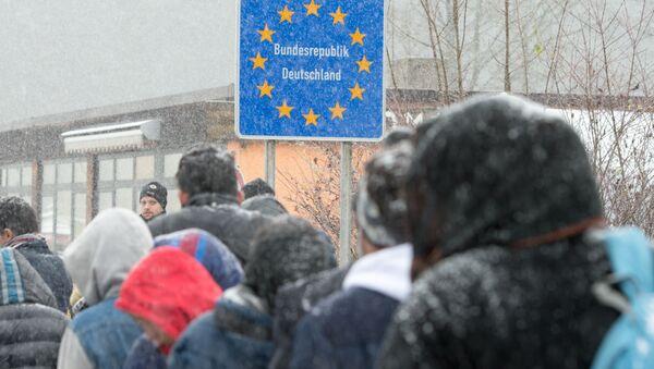 Migrants heading to Germany during a snow shower at the German-Austrian border near Wegscheid, Germany, Saturday Nov. 21, 2015 - Sputnik International
