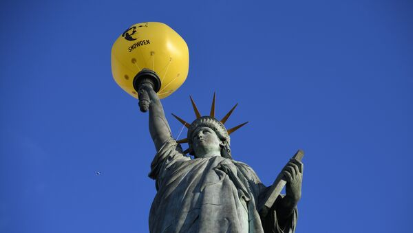 A balloon bearing the effigy of former US intelligence contractor and whistle blower Edward Snowden is seen attached to the Statue of Liberty replica by French sculptor Auguste Bartholdi (1834-1904) during an action organized by human rights organisation Amnesty International (AI) asking outgoing President Barack Obama to pardon him, on January 13, 2017 in Paris - Sputnik International