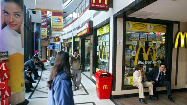 People sit near a McDonalds at a mall in New Delhi, India (File) - Sputnik International