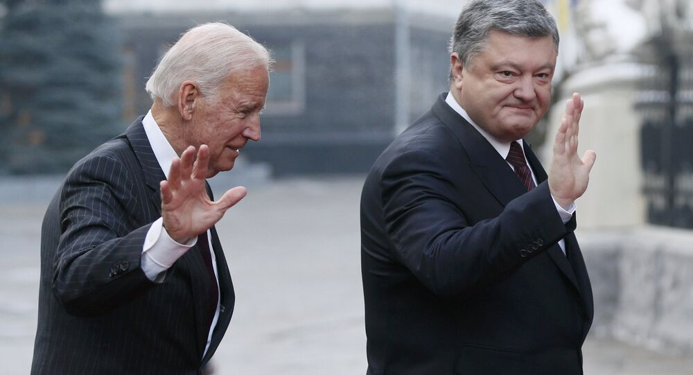 Ukrainian President Petro Poroshenko (R) and U.S. Vice President Joe Biden greet journalists during their final meeting in Kiev, Ukraine, January 16, 2017