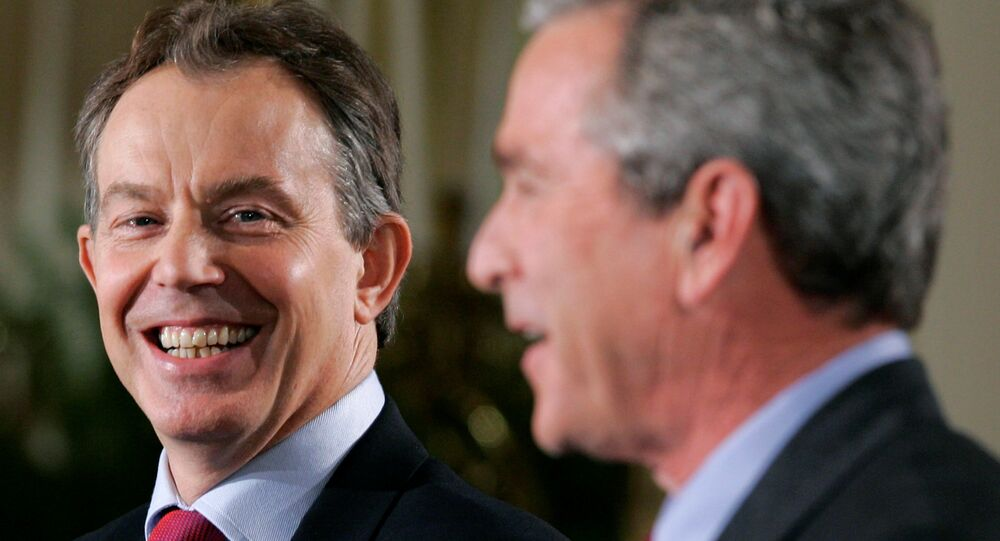 US President George W. Bush (R) and British Prime Minister Tony Blair attend a news conference in the East Room of the White House in Washington November 12, 2004.