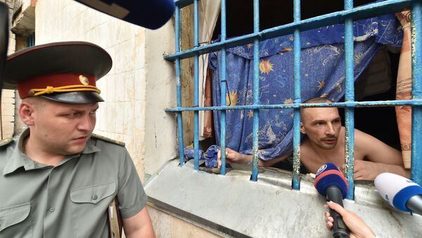 A prisoner speaks to the media from a prison cell in the Lukyanivska prison in Kiev next ot a prison officer during a press tour organized by the Ukrainian Ministry of Justice on July 19, 2016. - Sputnik International