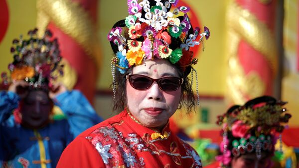 A folk artist waits to perform for a temple fair at Badachu park as the Chinese Lunar New Year, which welcomes the Year of the Rooster, is celebrated in Beijing, China, January 31, 2017. - Sputnik International