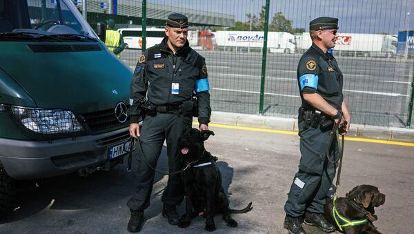 Two Finnish border policemen and police dogs - Sputnik International