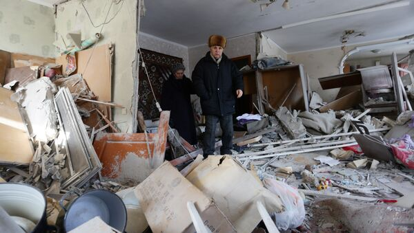 Local residents examine their flat that has been destroyed as a result of night shelling to the flashpoint eastern town of Avdiivka - Sputnik International