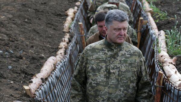 Ukrainian President Petro Poroshenko, examines the construction of fortifications in Donetsk region, Ukraine (File) - Sputnik International