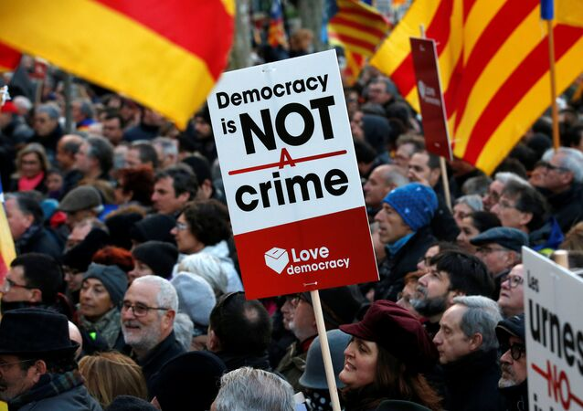 Protestors wave Catalan Estelada flags and hold up signs as they await the arrival of former Catalan President Artur Mas outside court in Barcelona, Spain, February 6, 2017