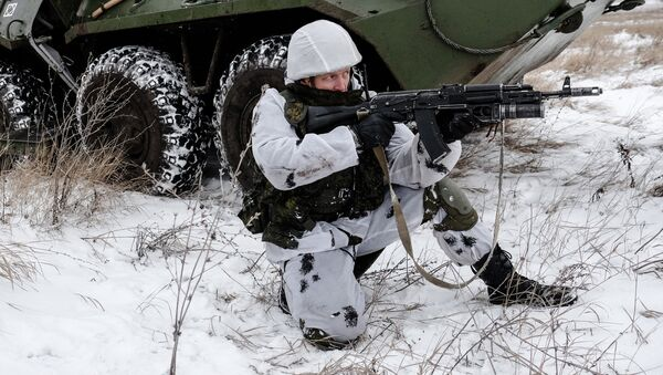 A serviceman with the Central Military District's peacekeeping unit during tactical exercises conducted at the firing ground to train in Ratnik infantry combat system use - Sputnik International