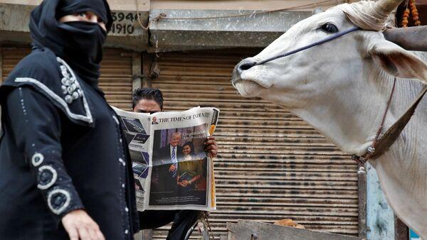 A man reads a newspaper ahead of the inauguration of U.S President-elect Donald Trump, in New Delhi, India January 20, 2017 - Sputnik International