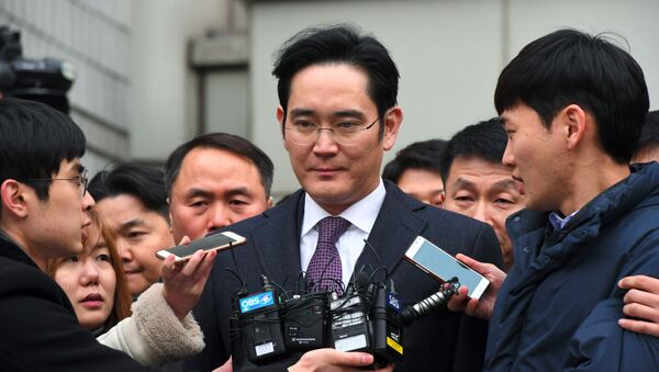 Samsung Group's heir-apparent Lee Jae-Yong (C) leaves for a waiting facility after attending a court hearing on whether he will be issued with an arrest warrant at the Seoul Central District Court in Seoul on January 18, 2017 - Sputnik International