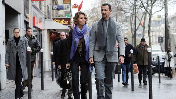 Syrian president Bashar al-Assad and his wife Asma walk in a street of Paris on December 10, 2010 - Sputnik International