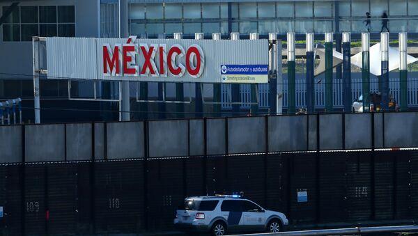 A U.S. border patrol vehicle drives along the border wall between Mexico and the United States in San Ysidro, California, U.S. - Sputnik International