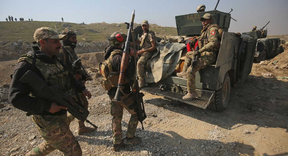 Iraqi forces advance on February 23, 2017 towards Mosul airport on the southern edge of the jihadist stronghold for the first time since the Islamic State group overran the region in 2014
