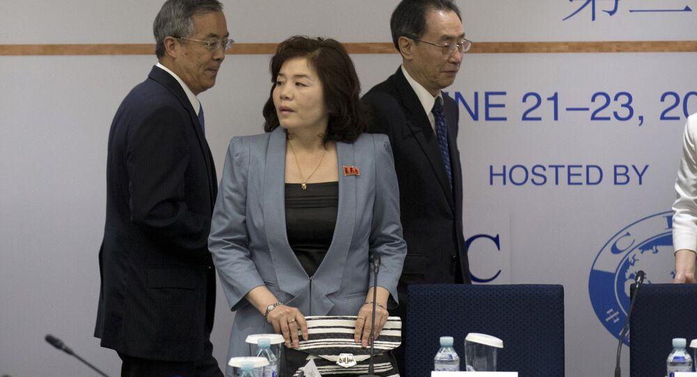 Choe Son Hui (center)