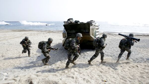 South Korean Marines run after they landed on the beach during the U.S.-South Korea joint landing military exercises as a part of the annual joint military exercise Foal Eagle between South Korea and the United States in Pohang, south of Seoul, South Korea. (File) - Sputnik International