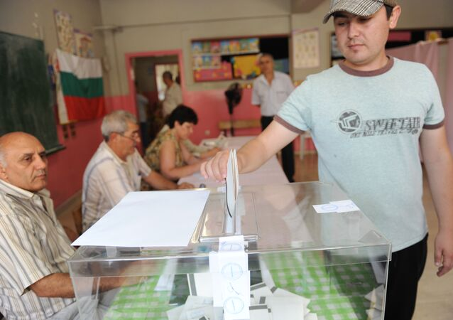 An Bulgarian man casts his vote during the Bulgarian general elections at a polling station in istanbul (File)