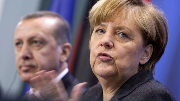German Chancellor Angela Merkel, right, and Turkey's Prime Minister Recep Tayyip Erdogan, left (AP Photo/Axel Schmidt) - Sputnik International