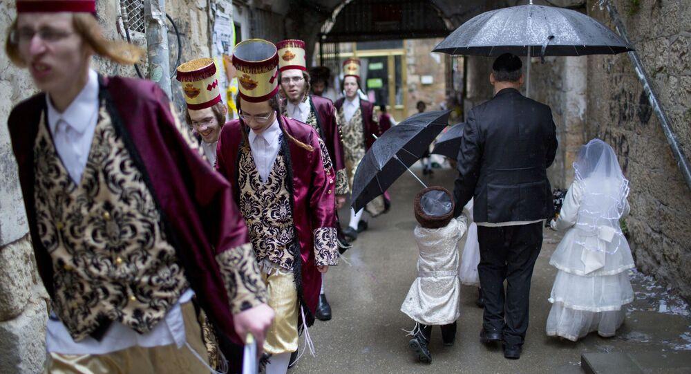 Ультраортодоксальные иудеи на празднике Пурим в Иерусалиме