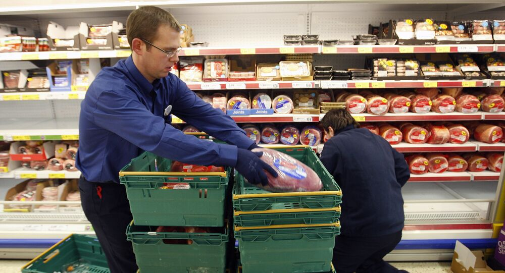 Shopworkers remove Irish pork products from the shelves of a Tesco supermarket in Belfast, Northern Ireland (File)