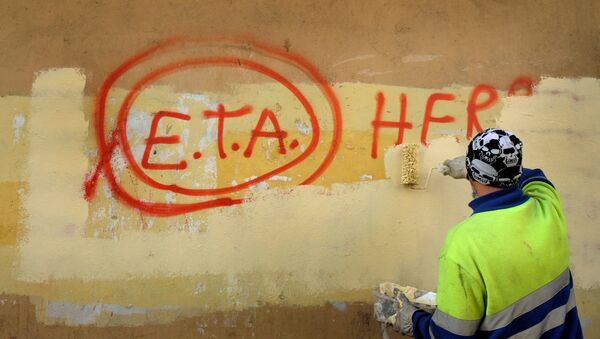 A municipal worker paints over graffiti reading ETA, The People Are With You in the Basque town of Guernica, Spain (File) - Sputnik International