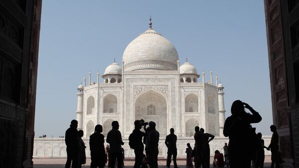 Tourists on the territory of the Taj Mahal palace in the city of Agra - Sputnik International