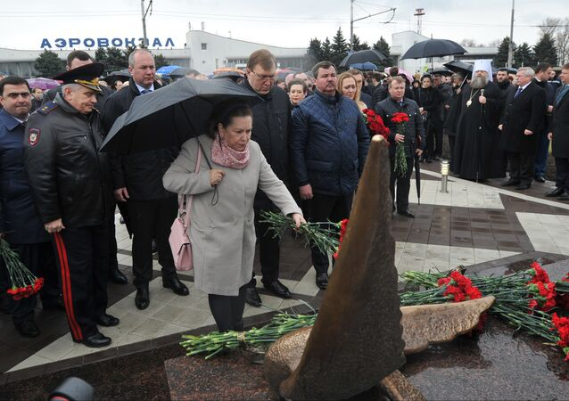 A memorial to the victims of the Flydubai plane crash was installed in front of the Rostov-on-Don airport on the anniversary of the catastrophe on Sunday.