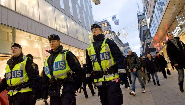 Swedish police officers patrol Drottninggatan street in central Stockholm - Sputnik International