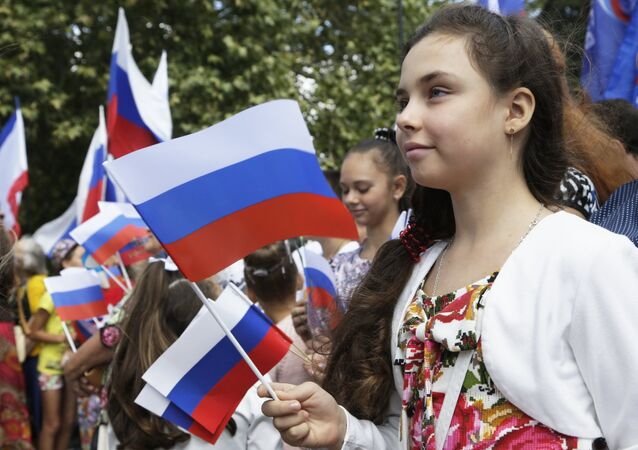 Crimeans celebrate Russia's National Flag Day at the Lenin Square in Simferopol