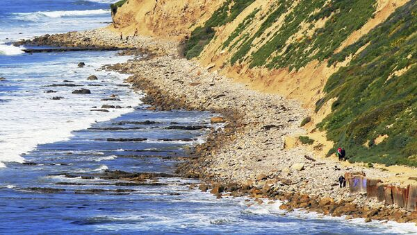 In this Sunday, March 26, 2017, photo, waves roll onto boulders at the foot of a sea cliff near Royal Palms Beach in the San Pedro area of Los Angeles. - Sputnik International