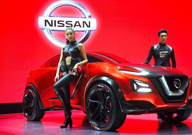 Модели представляют концепт-кар Nissan Gripz на пресс-показе Сеульского автосалона