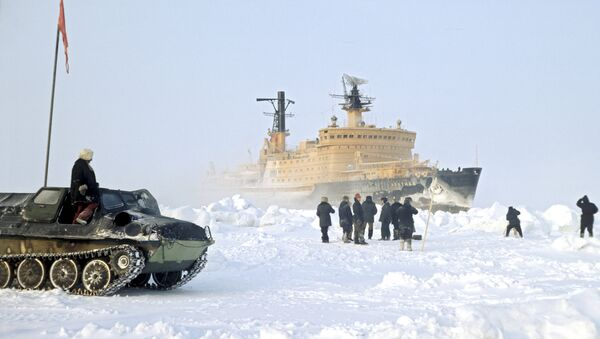 Arctic nuclear-powered icebreaker makes way for cargo ships - Sputnik International