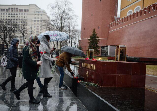 Горожане возлагают цветы к тумбе города Ленинград на Аллее Городов-героев в Москве в память о погибших в результате взрыва в метрополитене Санкт-Петербурга