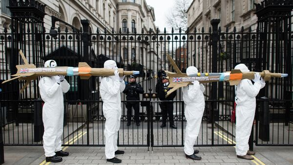 Campaigners from Amnesty International carry model missiles to Downing Street in central London on March 18, 2016 to highlight the export of UK-manufactered arms to Saudi Arabia - Sputnik International