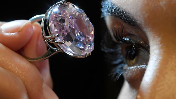 A model poses with a 59.60-carat mixed cut diamond known as The Pink Star which sold for $71.2 million. - Sputnik International