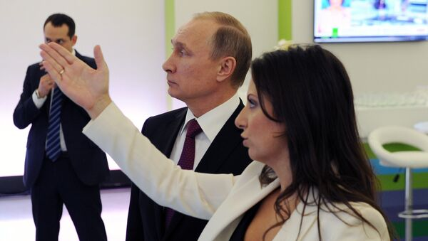Vladimir Putin visits exhibition marking Russia Today news channel's 10th anniversary - Sputnik International