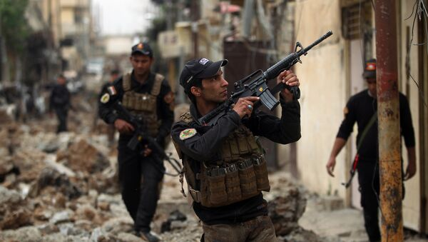 Iraqi counter-terrorism service (CTS) forces advance towards the Sekak neighbourhood in western Mosul on April 11, 2017, during the ongoing offensive to retake the city from Islamic State (IS) group jihadists - Sputnik International